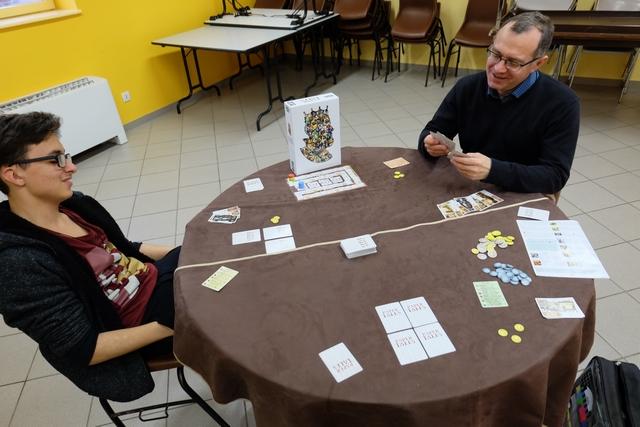 Cette partie de découverte se déroule à 3 joueurs, avec Tristan (jaune), Fabrice (rouge) et moi-même (vert).