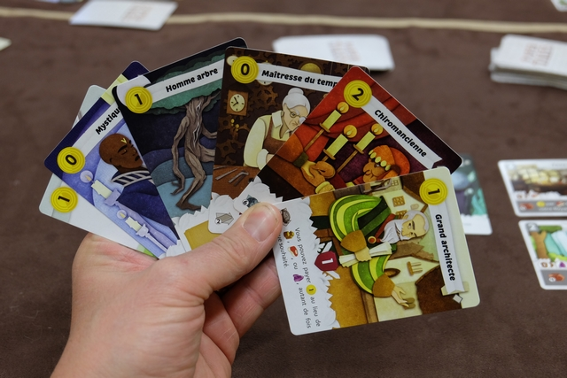 Ma main de cartes pour le dernier tour de pose, une fois le draft effectué. J'ai 6 cartes car, d'un tour à l'autre, on peut toujours en garder une. Remarquez le grand architecte à droite, lequel va me permettre de profiter pleinement de tout l'argent que j'ai... ;-)