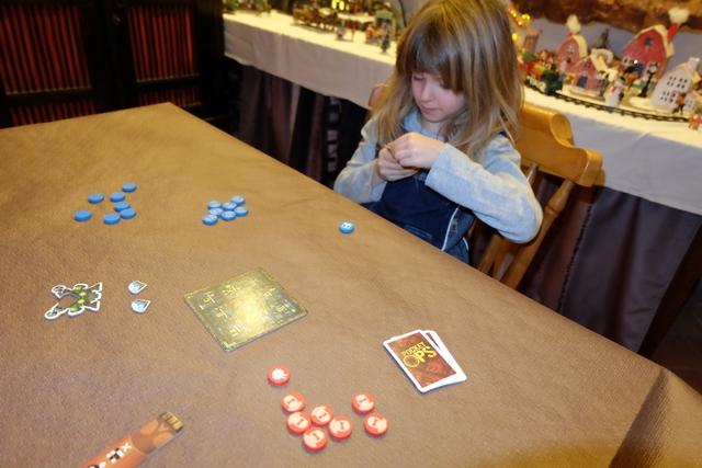 Le pitch du jeu, que j'ai clairement formulé auprès de ma fille Leila, c'est qu'on joue à un morpion ++. En effet, chacun de nous, elle en bleu et moi en rouge, va essayer d'aligner en premier trois disques espion à sa couleur, sur un carré de 3 par 3. Première originalité : on va avoir le choix entre deux disques spéciaux, pour en sélectionner un, lesquels permettent de décaler un pion par ci, de tuer un pion par là, et patati et patata...