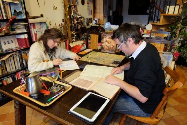 Ne sommes-nous pas beaux, hein, lui en train de lire, elle en train d'écrire ? Sur la table, on a mis une playlist d'ambiance puisée sur Melodice...
