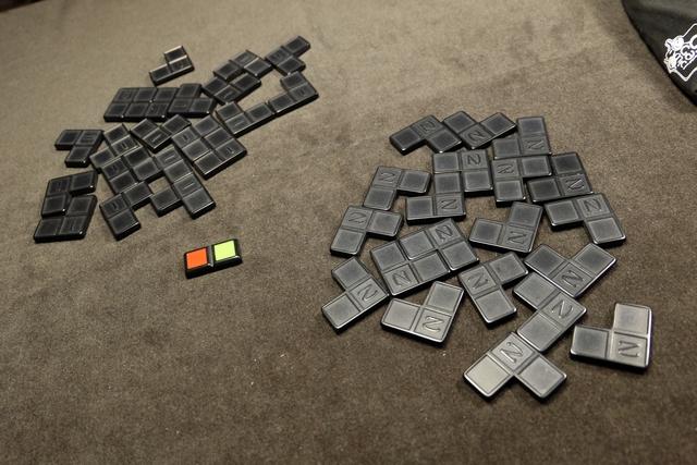 Chacun de nous dispose de sa pioche individuelle de tuiles (avec une indication différente au dos). Au centre de la table, on a placé le premier domino : la partie peut débuter.