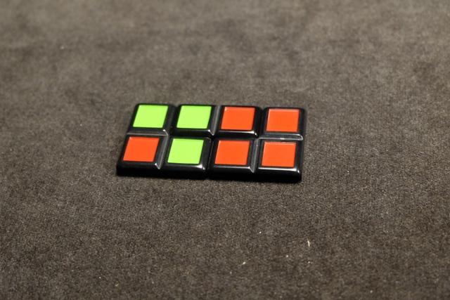 Drôle de départ tiens ! A noter que la seule règle valable à l'empilement est de ne jamais pouvoir placer un carré vert sur un rouge, et inversement.