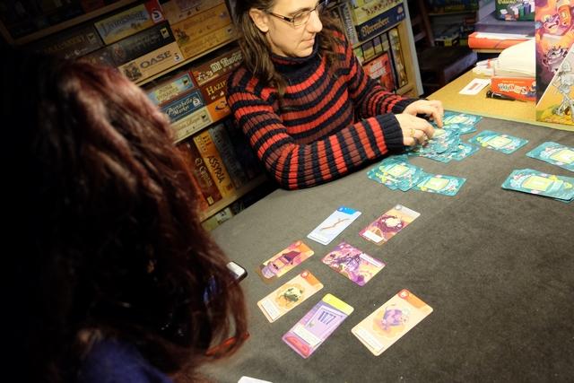 Julie organise le deck de cartes, en les classant lettre par lettre et nombre par nombre. En a-t-on le droit d'ailleurs ? E n tout cas, ça nous paraît pertinent et utile pour la suite pour retrouver facilement une carte. Comme vous le devinez, déjà, le stress monte bien vite et on essaie de jouer vite ! Ah, ce fameux coup de fil juste avant ! Que de mystères...