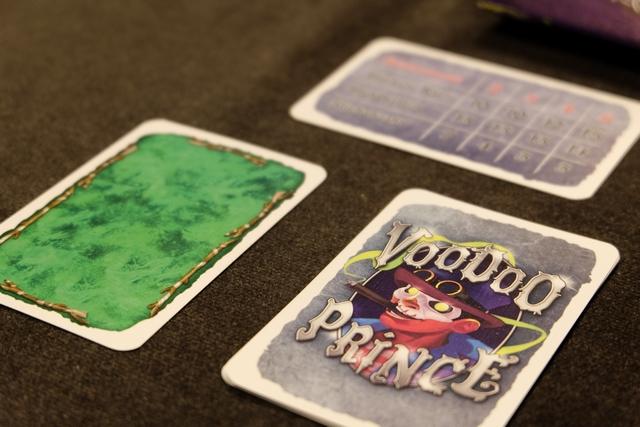 Probablement le meilleur jeu de plis auquel j'ai joué depuis des lustres ! Avec ce Voodoo, Knizia revient fort, très fort même... Le jeu se joue en 5 manches, à chacune d'entre elles étant attribuée une couleur d'atout (la verte ci-dessus).