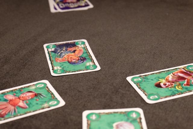 Au-delà du classicisme de la règle de pose des cartes (on doit suivre à la couleur et, si on ne peut pas, on peut soit couper soit pisser), il y a une finesse liée aux cartes n°5 et n°7 puisque, si on remporte un pli avec l'une d'entre elles, on coupe son pli en deux, comme si on en avait fait deux. Et du coup, cela peut nous amener plus rapidement à l'obtention des trois fatidiques... C'est le cas sur la photo ci-dessus.