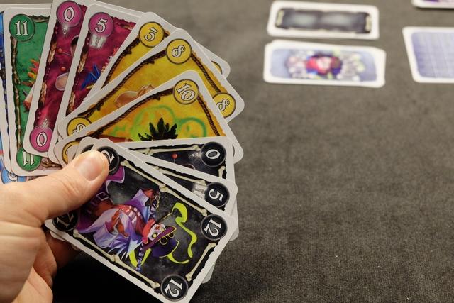 Deuxième manche, avec le noir comme atout, et voici ma main pour la jouer. Le jeu est vraiment savoureux car il faut savoir doser ses poses de grosses cartes pour prendre des plis qu'on souhaite prendre. Il faut bien évaluer sa main en quelque sorte et savoir la gérer.