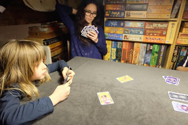 Pour Leila, le jeu n'est pas très facile, mais je crois pouvoir dire qu'elle n'a pas commis d'erreur de règle, ce qui est déjà pas mal...