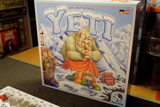 La grosse (trop grosse peut-être ?) boîte de Yeti trône sur la table de jeu de la mezzanine. On va se faire plaisir...