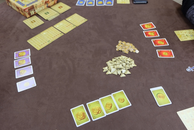 Il y a 3 âges dans le jeu, chacun d'eux étant composé de 3 tours de 4 phases, la principale étant celle de l'enchère pour les cartes de royaume placées à l'étalage. Au début du premier tour du premier âge, chacun sélectionne des cartes de sous pour un total de 14, mais réparties comme il le souhaite (par exemple 7, 5, 2 et 0, ou encore 6, 4, 3, 1 et 0, ...). Avec ses cartes, le joueur va acheter une carte par tour d'enchère (phase 1), avant d'en donner à son choix pour l'offrande à Amun-Re, ce qui aura pour effet de provoquer une crue du Nil plus ou moins grande et rapporter plus ou moins de revenus par champ possédé sur ses cartes royaumes, voire des pyramides en bonus, avant de pouvoir construire des pyramides à un coût qui augmente avec le nombre et de terminer l'âge en empochant des points de victoire et en reformant une main de cartes de sous, pour l'âge suivant, correspondant à ce qui lui restait sur la piste de revenus. Oui, je sais, ça paraît touffu, et ça l'est bel et bien, j'y reviens en détails bien sûr...