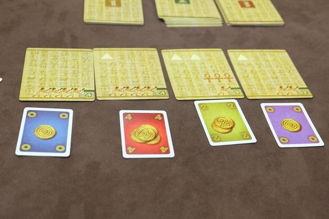 A la manière d'un Evo ou de l'Amun-Re original, l'enchère se déroule ainsi : on place une et une seule de ses cartes en-dessous d'une carte de royaume et, pour éjecter quelqu'un on doit mettre une carte de valeur supérieure, ce joueur reprenant la carte devant lui et devant se repositionner à son tour. Lorsque tous les joueurs ont une carte en-dessous d'une carte de royaume, chacun empoche la sienne et défausse sa carte de sou utilisée.