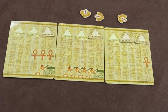 En fin d'âge, chacun empoche des points de victoire comme suit : +1 PV pour celui qui a l'Ankh de premier joueur, -1PV pour celui qui a le moins d'Ankh sur ses cartes, +1PV par pyramide sur la carte où il en a le moins, +1PV s'il a au moins 9 champs sur ses cartes. Ci-dessus, j'ai empoché 3PV pour mes pyramides uniquement.