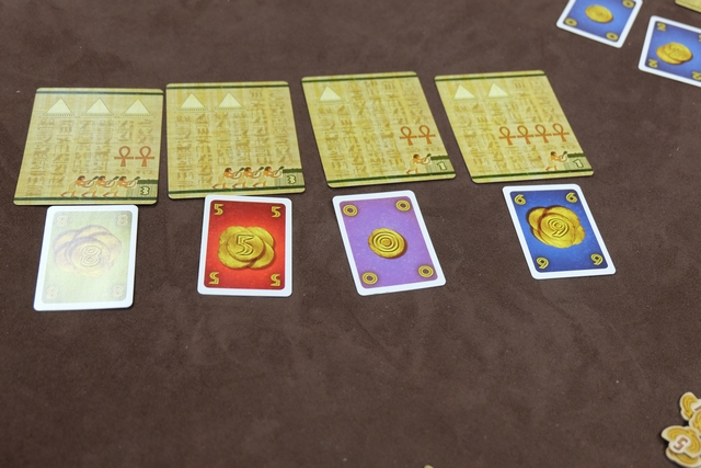 Jolie enchère où je n'ai pas hésité à mettre ma carte la plus forte, à savoir mon 8, très rapidement sur la carte la plus à gauche, convaincu qu'il me la fallait absolument...