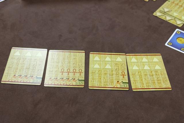 La dernière enchère du troisième âge va se jouer avec ces cartes... Très très différentes, non ?