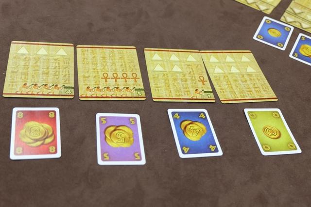 Et au final, après une belle bagarre avec Jean-Luc pour la carte avec 4 Ankh et 5 champs, je la lui laisse, me tournant vers la carte avec 6 pyramides que je paie 0, ce qui me permet d'avoir pas mal de sous pour l'offrande à Amun-Re à venir et déjà des pyramides que je n'aurai pas à acheter... De plus, si je m'étais battu plus longtemps avec lui, j'aurais dû mettre un très grosse carte, privant certainement l'ensemble de la table de rentabiliser ses champs, dont moi-même (avec ces 5 champs de la carte que je n'aurais pas rentabilisés)... CQFD