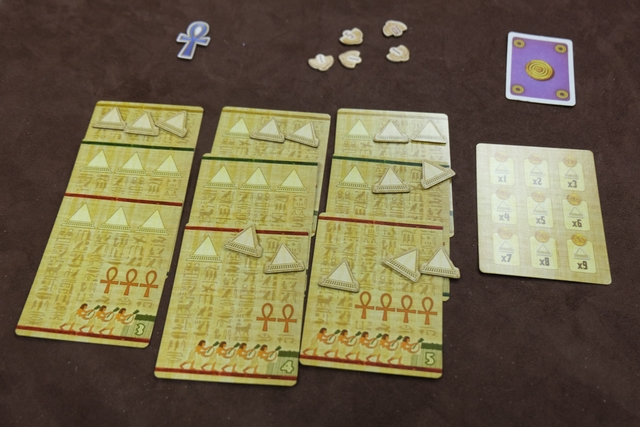 La partie est terminée et voici les éléments de Jean-Luc qui totalise 9 pyramides sur chaque série de cartes...