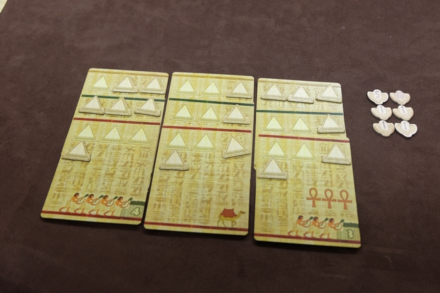 Les éléments de Pierre, avec 10 pyramides sur chaque série de cartes...