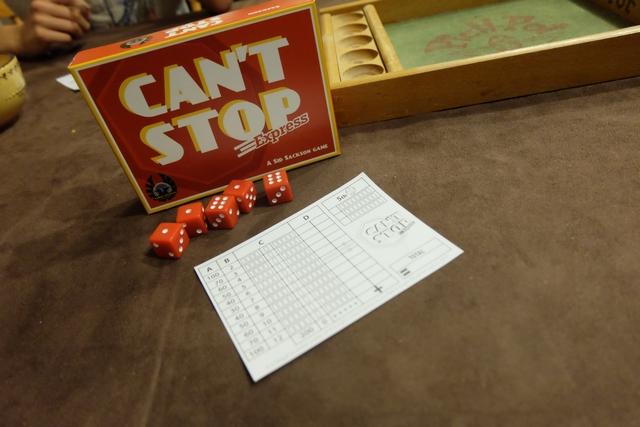 Dans la petite boîte, on y trouve 5 dés, une règle et un bloc de scores, imposant certes. Mais c'est tout ! Alors, cette règle, que nous propose-t-elle de novateur ? Hein...