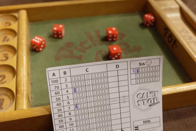Petite explication sur l'exemple ci-dessus. L'un des joueurs lance les 5 dés et chacun va noter, sur sa feuille individuelle, ce qu'il fait avec eux, sachant qu'il doit constituer deux paires et garder un dé isolé. Sur sa feuille (la mienne ci-dessus), il coche ses choix : les deux 2 pour cocher une case dans la ligne 4, le 6 et le 1 pour cocher une case dans la ligne 7, et le 3 isolé pour l'indiquer comme tel en haut à droite et cocher une case. A chaque tour, on fait de même, mais on ne peut avoir que trois valeurs de dés isolés, donc attention...