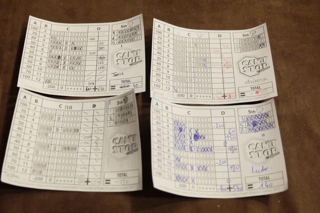 Petite vue finale de nos feuilles de scores individuelles. On peut notamment voir qu'on a commis quelques inévitables ratures et qu'il convient, donc, d'y jouer avec des crayons à papier et des gommes (à mettre dans la boîte)...