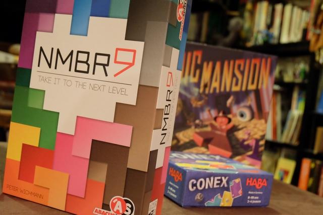 Nmbr 9, un jeu au nom sans voyelle moderne mais presque imprononçable, semble être une sorte de Tetris avec des pièces en forme de chiffres. c'est un jeu en solitaire qu'on joue à plusieurs, à la manière d'un Cities (de Martyn F.) ou d'un Don Quixote...