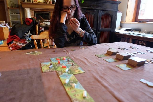 Le terrain de jeu s'allonge dans ma direction, la faute à Leila qui ne joue pas trop près de Maitena et moi, en haut. Le jeu donne à penser et Maitena aime beaucoup.