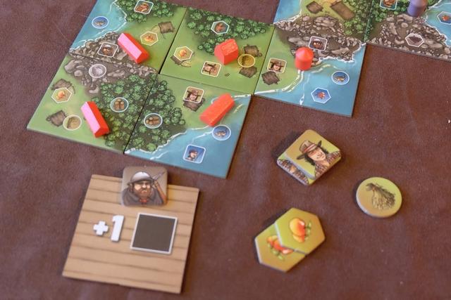Double fermeture pour moi, avec la pose de la tuile forêt / prairie / 2 eaux, et la pose d'un entrepôt pour plus tard (l'une de ses jonctions concernera l'eau). Au niveau de la forêt, je laisse tomber les deux bois, préférant prendre un mineur, avec le dos d'une tuile. Au niveau de la prairie, je me gave avec 2 fermiers, 2 pommes et 1 blé. Il y a moyen de bien cibler ce qu'on veut vraiment dans ce jeu, et, ça, c'est une -très- bonne nouvelle !
