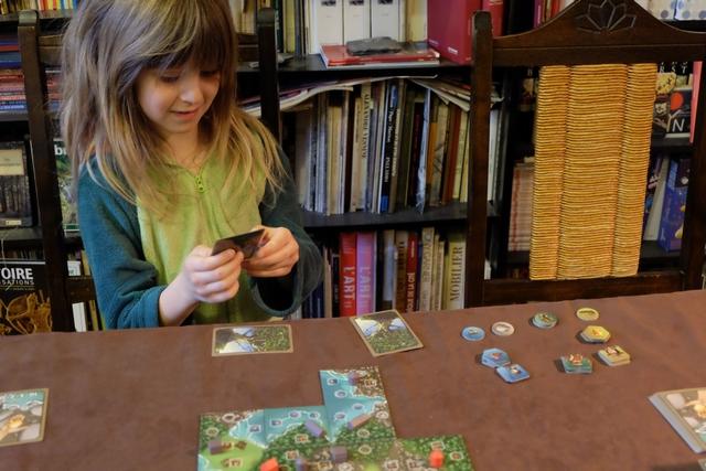 """Dernier tour pour Leila qui consulte ses cartes d'objectifs et commence à dire, comme l'autre jour : """"Je vais gagner, je le sais !""""... ;-)"""