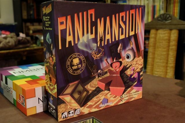 Deuxième partie et, cette fois, ça va être frénétique (d'où le peu de  photos, car je ne peux pas tout faire...). Dans Panic Mansion, on essaie de placer dans une pièce indiquée par une carte les 3 cubes de coffres (cubes dorés) et son explorateur, et seulement eux ! Enfin, dans la version de base, à laquelle on joue ce soir, on ne met que ces éléments-là et un fantôme dans le manoir, puis on en rajoute un, donc négatifs, quand on gagne une carte.