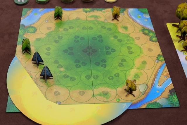 Nous jouons à 3 et chacun a positionné ses deux premiers arbres de petite taille sur le pourtour du plateau, Antonin avec ses arbres bleus, Michel avec ses jaunes et moi-même avec mes verts.