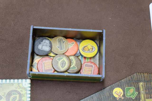 Mmhhh... Il commence à avoir de la gueule mon conteneur à présent : de la pierre, du cacao, des étoffes, de la laine, ...