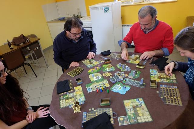 Nous jouons cette partie à 5 joueurs, Maitena avec la figurine bleue, Jean-Luc avec la rouge, Yohel avec la jaune, Lila avec la noire et moi-même avec la verte. Ça sent la bonne partie bien sympathique...