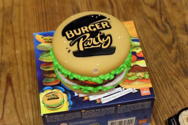 Dérivé évident de  Jungle Speed, ce Burger Party, sorti chez Goliath présente plusieurs avantages sur son glorieux aîné, à commencer par son look et son absence de totem, ce qui évite, clairement, les grands coups de totem volant habituels... ;-)