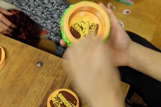 L'une des meilleures idées du jeu est son système de rangement des cartes : à l'intérieur du burger, en dévissant un couvercle par le bas !