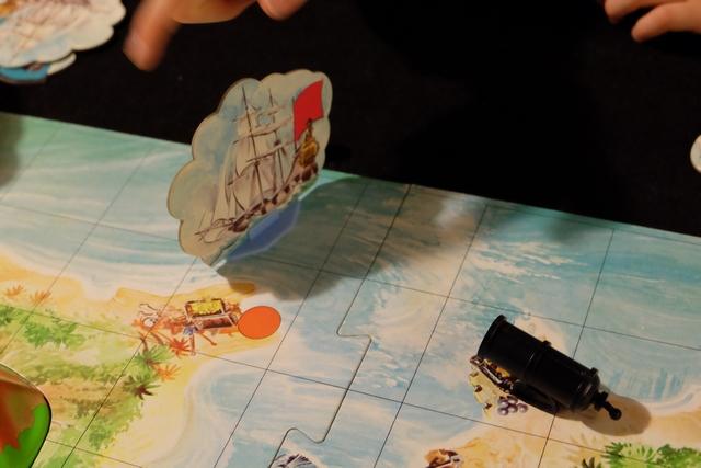 BOUM ! Le gros bateau rouge de Leila a été touché et elle doit le remplacer par un bateau de taille moyenne, n'utilisant plus qu'un seul dé pour avancer. Si ce bateau est touché à son tour, on le remplace par un radeau, avec le pauvre capitaine dessus et plus aucune trésor, avec comme seul but le retour au port pour récupérer son gros bateau.