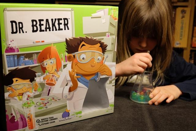 Et encore une boîte de la même série pour Leila : Dr. Beaker simule le travail d'un chimiste qui tente de positionner correctement ses molécules dans un bécher en respectant le positionnement de la carte en cours. C'est, à nouveau, loin d'être facile et Leila s'est bien entraînée depuis la veille pour essayer d'être efficace...