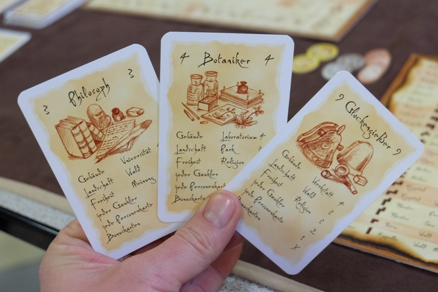 Voici mes trois cartes de personnages que je conserve pour cette partie, en essayé de combiner les bâtiments ou les libertés entre eux.