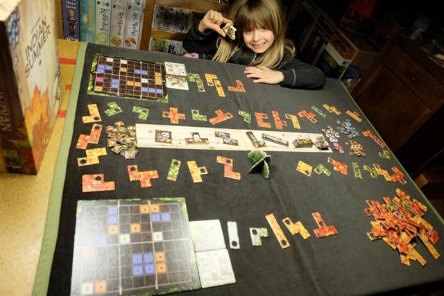 Oui, il y en a du matos sur la table dans ce nouveau jeu de Uwe Rosenberg ! Au centre, on a l'étalage des animaux de la forêt, tout autour le sentier commun avec les feuilles qu'on pourra prendre pour les ajouter à son sentier individuel, lequel est constitué des 5 tuiles de feuilles placées à côté de son sous-bois (plateau sur la gauche). Comme vous le voyez, les feuilles sont de trois couleurs possibles (vertes, jaunes ou rouges) en fonction de la taille des pièces (trois, quatre ou cinq). Le but du jeu est de remplir entièrement son sous-bois en premier, en bouchant les trous avec des écureuils si besoin.