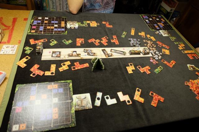 Le jeu est mis en place, cette fois, pour trois joueurs, avec Joris en face de moi, Maitena à ma droite et moi-même en bas...