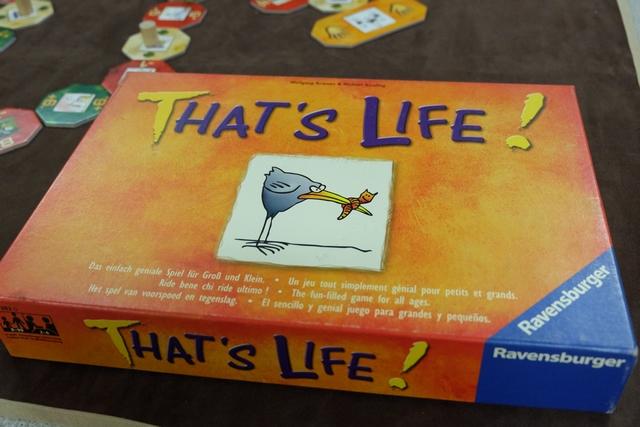 Un jeu sur la vie, ses bons et ses moins bons côtés... Le tout avec des illustrations humoristiques magnifiques...