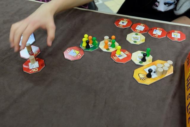 Tristan est un grand collectionneur de tuiles rouges... A-t-il compris le but du jeu ? ;-)