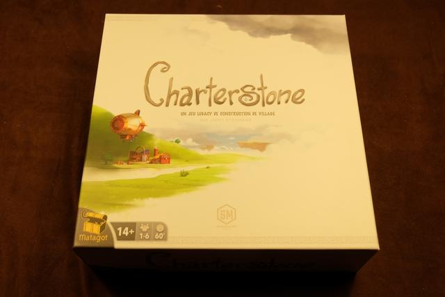 La grosse, et lourde de chez lourde, boîte de CharterStone trône sur la table de jeu ! Pas courant, une boîte quasiment toute de blanc vêtue, un peu comme si le côté legacy du jeu devait se traduire par de l'immaculé, du vierge, du blanc quoi ! ;-)