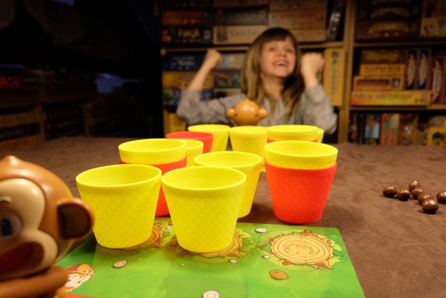Ah, elle est contente la cht'iote ! Je crois me souvenir qu'elle a réussi à tirer une noix de coco dans un de mes deux gobelets et qu'elle va, donc, me le chiper...