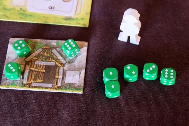 Chaque joueur dispose d'une cabane à construire (avec 6 tronçons de bois à positionner), de 5 dés disponibles (des garçons intrépides !) et de 3 dés bloqués pour le moment (garçons en détention). Les 5 dés libres sont lancés pour le premier tour, de même que les 3 bloqués...