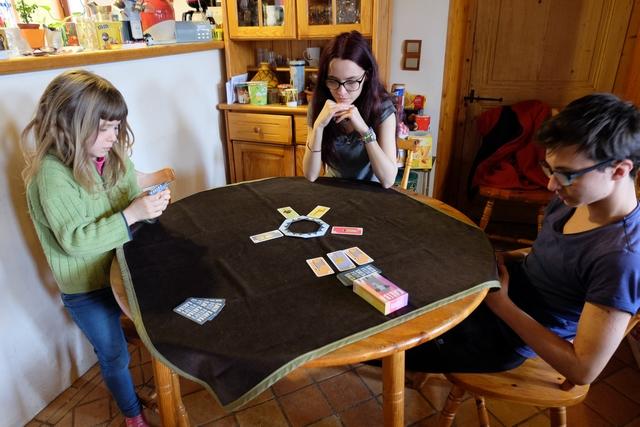A son tour, on positionne une ou plusieurs cartes d'un même animal, puis on mange si possible (voir photo précédente), puis on complète sa main à 5 cartes à partir de l'étalage ou de la pioche. Très simple mais bien malin. Kniziesque quoi ;-)