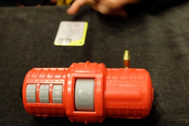Sur ce cylindre, on va entrer les réponses aux questions proposées sur les cartes. Attention à ne pas se tromper, sinon la progression de la clé vers la sortie se trouvera reculée au niveau 0 !