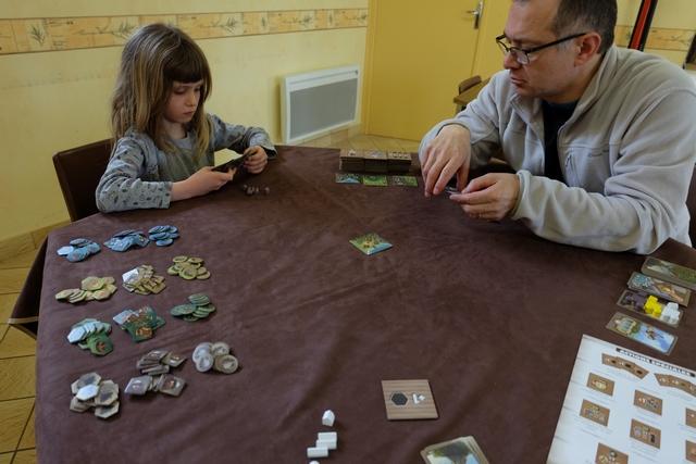 Partie à 3 joueurs, à la salle des Anciens où Les Ludophiles se réunissent, avec Leila qui joue les pièces couleur taupe, Fabrice les jaunes et moi-même les blanches... Ci-dessus, c'est le choix de 3 cartes d'objectifs parmi les 5 reçues qui s'opère.
