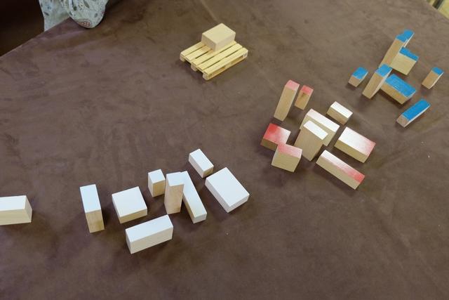 Au départ, on a déjà un carton de couleur neutre placé dans l'angle de la palette. Ensuite, il va nous falloir être optimal pour placer les cartons colorés, toujours la face colorée au-dessus, sur la palette, sans jamais créer ni trou ni espace sous les cartons, et sans cloner un carton voisin. C'est cette dernière règle que nous aurons vraiment du mal à apprécier... J'y reviens.
