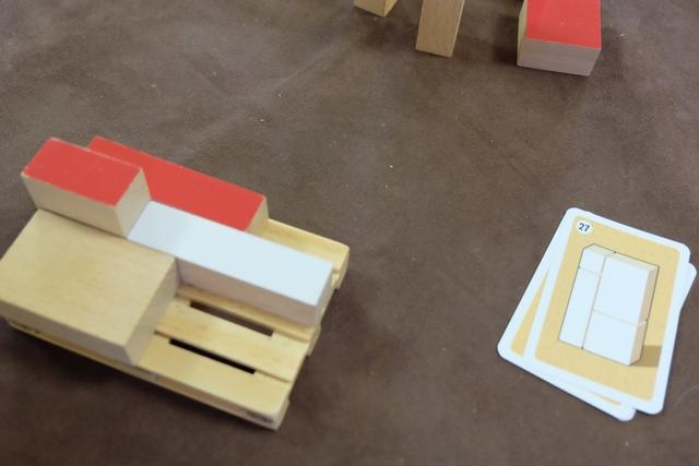 Fin de premier tour, après qu'on a fait un choix, contestable certainement, de placer les longs cartons couchés à plat sur la palette.