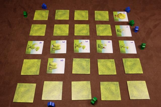 Mi-partie avec 4 pions joués chacun... On remarque que, à la fin, un maximum de 16 tuiles + 1 de départ, donc 17, seront face visible (sur 25 en tout)...