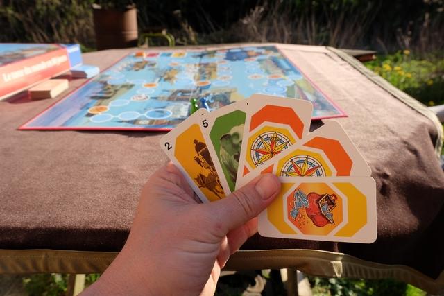 """Ma main de cartes en début de partie, avec seulement deux cartes de """"vrais"""" déplacements, le reste étant des cartes spéciales : les boussoles me permettront de changer le moyen de transport commun, le sac d'argent pourra soit me prémunir d'une attaque adverse soit me permettre d'avancer de 1 à 3  cases au choix."""